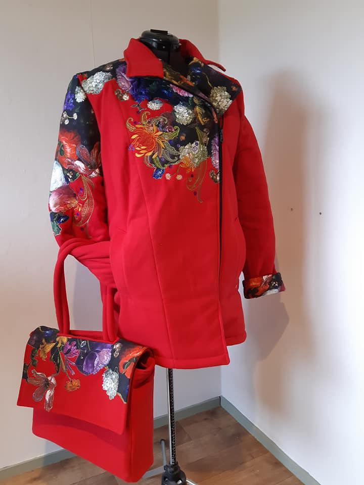 rode jas met bijpassende tas